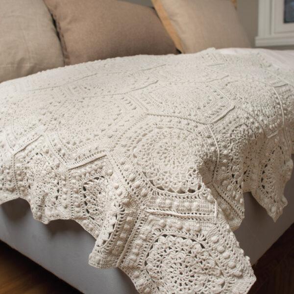 Heklet sengeteppe av sammenheklede sekskanter - Hi 9404